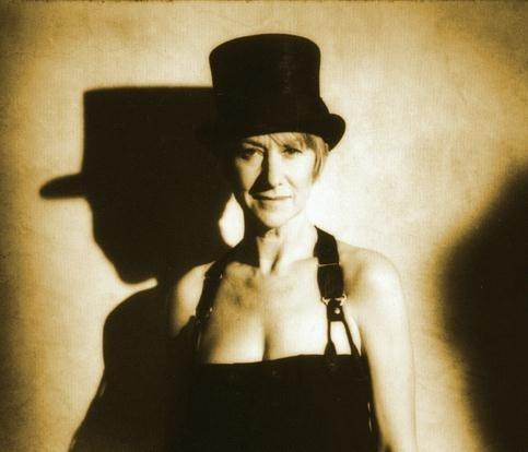 Sensualità e cappello a cilindro per Helen Mirren