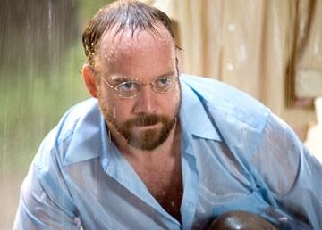 l'attore Paul Giamatti in una scena di Lady in the Water