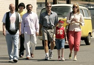 Alan Arkin, Paul Dano, Steve Carell, Greg Kinnear, Abigail Breslin e Toni Collette in Little Miss Sunshine