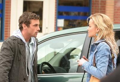 Skeet Ulrich ed Ashley Scott in una scena di 'Jerichoì