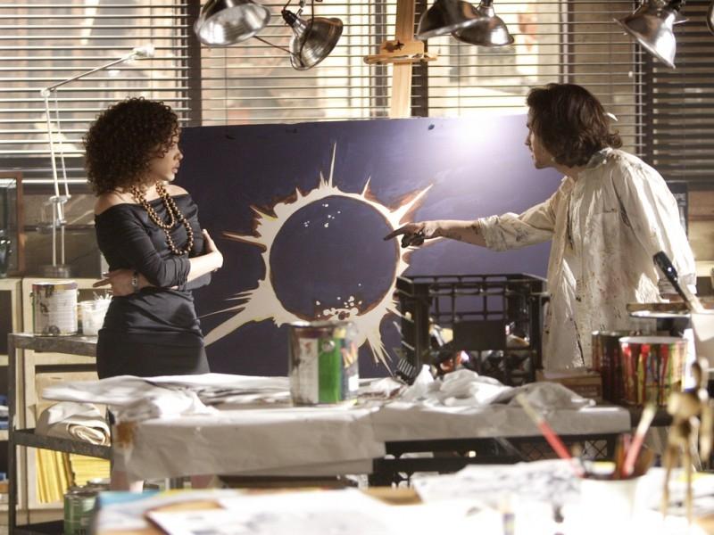 Santiago Cabrera e Tawny Cypress in una scena di 'Heroes'