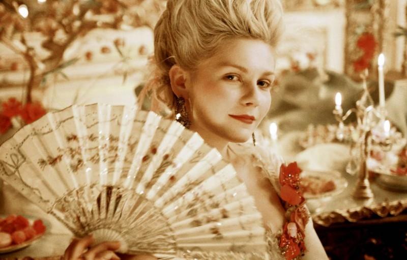 Kirsten Dunst in una scena di Marie-Antoinette, dietro un ventaglio