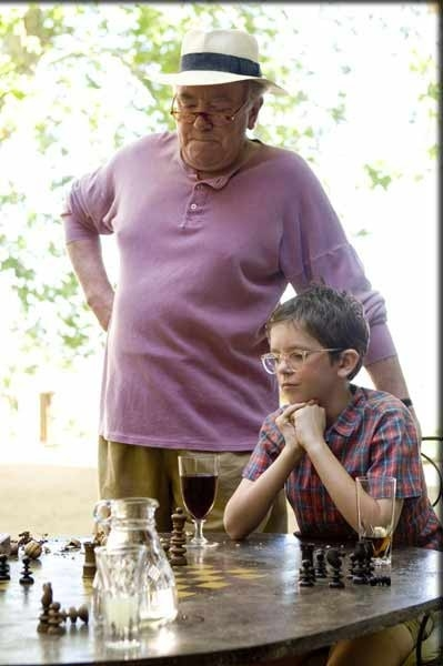 Albert Finney e Freddie Highmore in una sequenza del film A Good Year