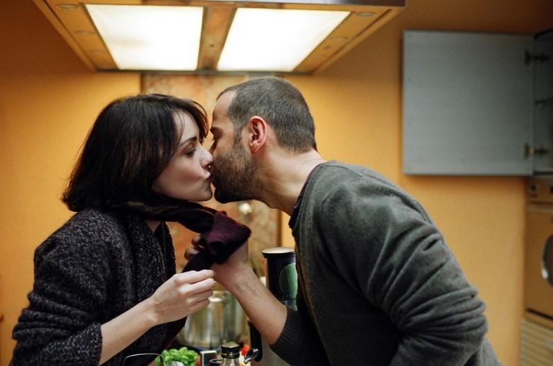 Fabio Volo bacia Anita Caprioli in una scena del film Uno su due