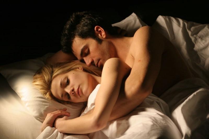 Laura Chiatti con Luca Argentero in una scena del film A casa nostra