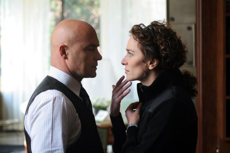 Luca Zingaretti e Valeria Golino in una scena del film A casa nostra