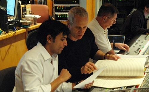 M. Night Shyamalan, James Newton Howard e Shawn Murphy durante la sessione di registrazione della colonna sonora di LADY IN THE WATER