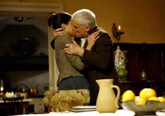 Bianca Guaccero bacia Michele Placido in Assunta Spina
