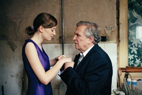 Valentin Platareanu e Alexandra Maria Lara in una scena del film Offset