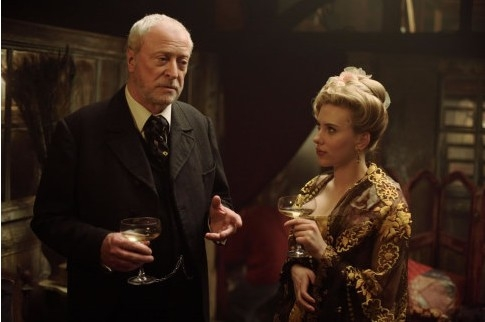 Michael Caine e Scarlett Johansson in The Prestige