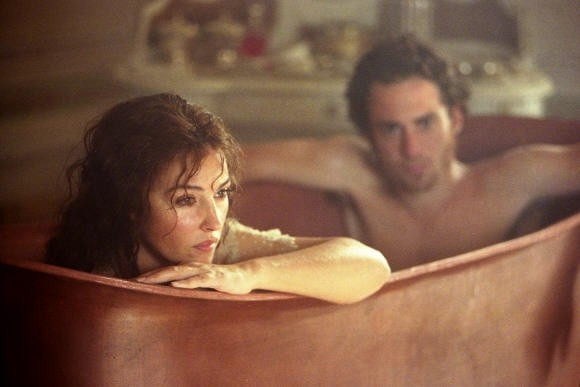 Monica Bellucci e Elio Germano in una scena del film N (Io e Napoleone)