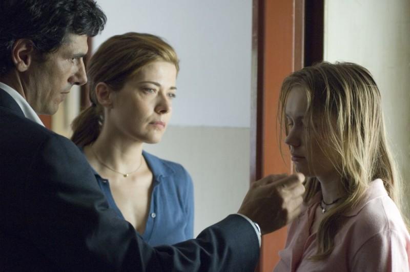 Stefano Dionisi, Sandra Ceccarelli e Elena Bouryka in una scena del film Family Game