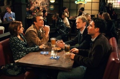 Josh Radnor, Jason Segel, Neil Patrick Harris ed Alyson Hannigan in una scena di 'How I Met Your Mother'