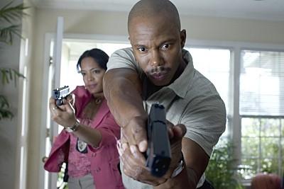 Lauren Velez ed Eric King in una scena di Dexter