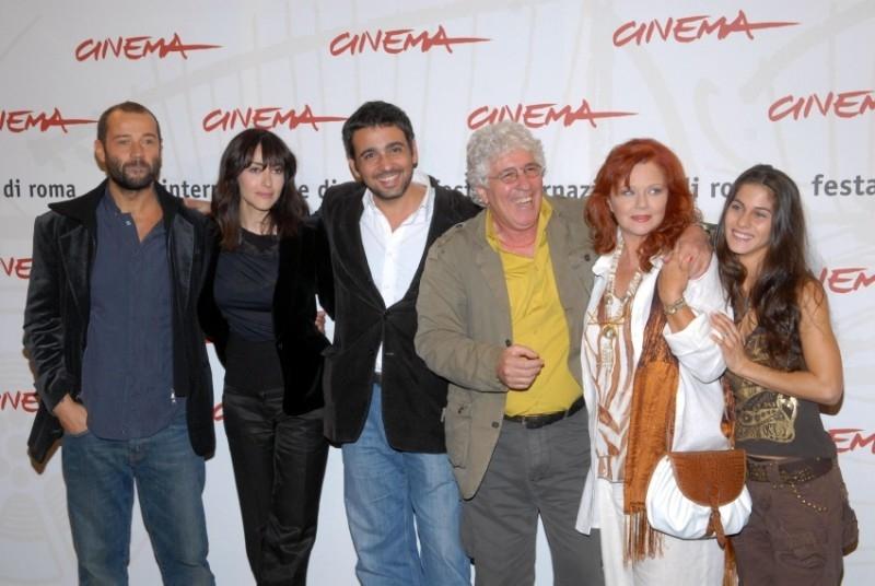 Fabio Volo, Anita Caprioli, Eugenio Cappuccio, Ninetto Davoli, Agostina Belli e Tresy Taddei a Roma per presentare il film Uno su due