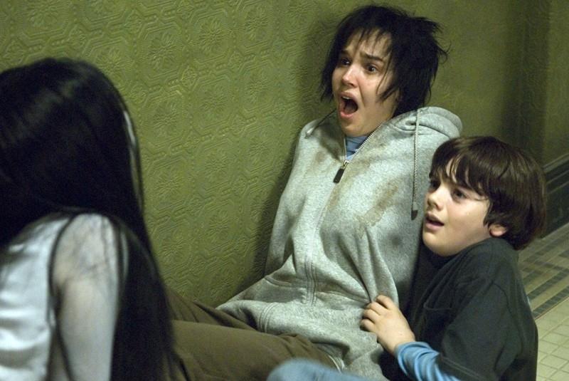 Takako Fuji (di spalle) Arielle Kebbel e Matthew Knight in una scena del film The Grudge 2