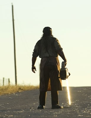 Andrew Bryniarski con la motosega in una scena di The Texas Chainsaw Massacre: The Origin