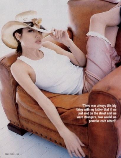 Angelina Jolie su una poltrona