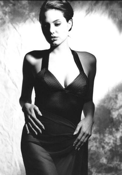 Angelina Jolie fasciata in un abito nero