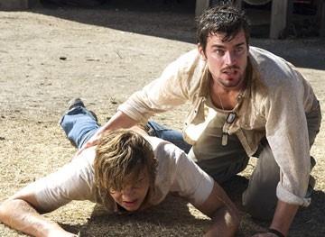 Matthew Borner e Taylor Handley in una scena drammatica di The Texas Chainsaw Massacre: The Origin