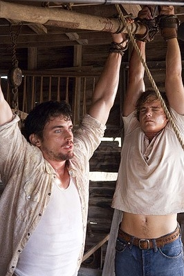 Matthew Borner e Taylor Handley in una scena di The Texas Chainsaw Massacre: The Origin