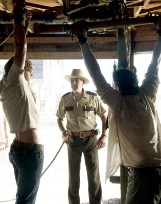 R. Lee Ermey e matthew Bomer in una scena di The Texas Chainsaw Massacre: The Origin