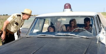 R. Lee Ermey, Jordana Brewster in una scena di The Texas Chainsaw Massacre: The Origin