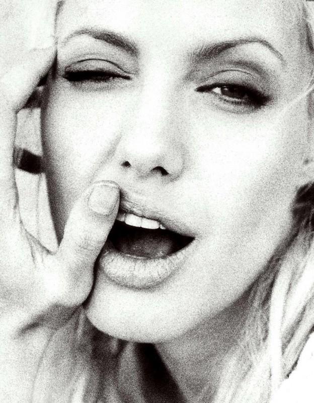 una ammiccante Angelina Jolie