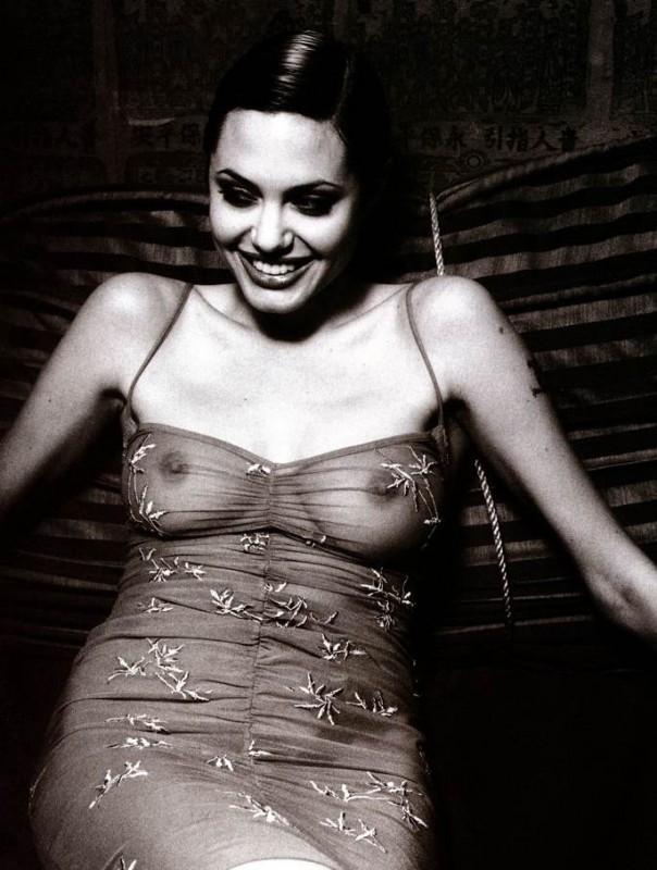 trasparenze maliziose e seno nudo per Angelina Jolie