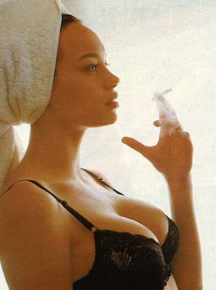 sigaretta e posa da diva per Anna Falchi