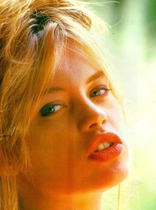 broncio alla Brigitte Bardot per Anna Falchi