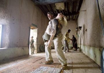 Cate Blanchett e Brad Pitt in una scena di Babel, del 2006