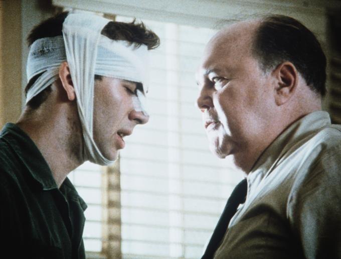 John Harkins e Nicolas Cage in una scena di Birdy, le ali della libertà