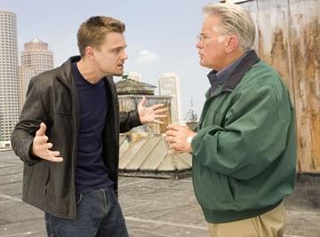 Leonardo DiCaprio e Martin Sheen in una scena di The Departed