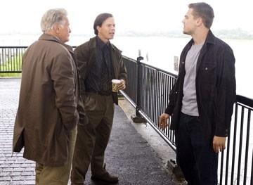 Leonardo DiCaprio con Mark Wahlberg e Martin Sheen in una scena di The Departed