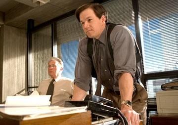 Mark Wahlberg e Martin Sheen in una scena di The Departed