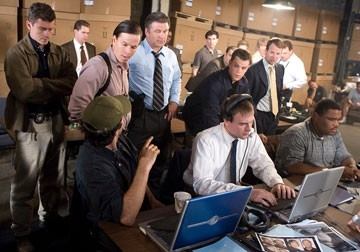 Matt Damon, Alec Baldwin e Mark Wahlberg  in una scena di The Departed