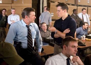 Matt Damon e Alec Baldwin in una scena di The Departed