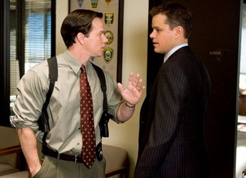 Matt Damon e mark Wahlberg in una scena di The Departed