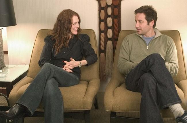 Julianne Moore e David Duchovny in una scena del film film Uomini & donne - Tutti dovrebbero venire... almeno una volta