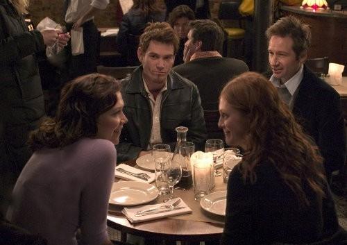 Julianne Moore, Maggie Gyllenhaal, David Duchovny e Billy Crudup in una scena del film film Uomini & donne - Tutti dovrebbero venire... almeno una volta