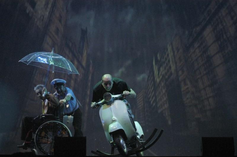 Aldo, Giovanni e Giacomo in una scena dello show Anplagghed al cinema