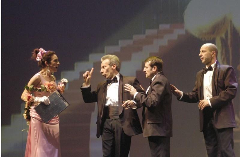 Silvana Fallisi con Aldo, Giovanni e Giacomo in una scena del film Anplagghed al cinema