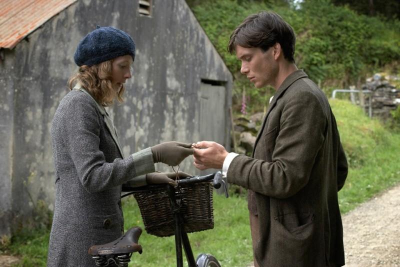 Cillian Murphy e Orla Fitzgerald in una scena del film Il vento che accarezza l'erba