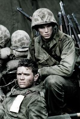 Ryan Phillippe e Stark Sands in una scena di Flags of Our Fathers