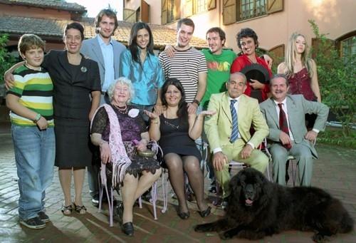 Annamaria Barbera (al centro) in una scena del film Ma l'amore... sì