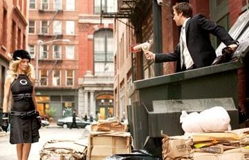 Uma Thurman aiuta Luke Wilson in una scena de La mia Super Ex-Ragazza