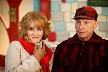 Ann-Margret ed Alan Arkin in una scena di Santa Clause è nei guai