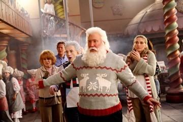 Ann-Margret, Judge Reinhold, Tim Allen, Martin Short ed Elizabeth Mitchell in una scena di Santa Clause è nei guai