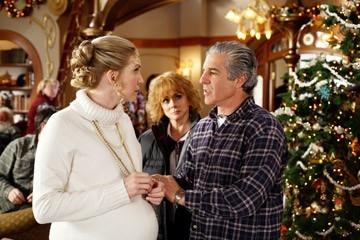Ann-Margret, Michael Lembeck ed Elizabeth Mitchell in una scena di Santa Clause è nei guai